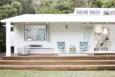 Bonnie from Three Birds Renovations fully restyled the Pearl Beach House using only products from Zanui! In this picture, the outdoor space. Three Birds Renovations, Beach Bungalows, Beach Cottage Decor, Coastal Decor, Beach Shack, Outdoor Living, Outdoor Decor, Home Reno, Beach Cottages
