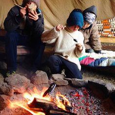 #wintercamp2014 Am #lagerfeuer sitzen und #werkeln  Übrigens - weil der eine Bua so eine schöne #selbstgehäkelte Haube trägt - kannst Du noch bis heute bei meinem #giveaway mitmachen und eine von drei selbstgehäkelten #Kinderhauben absahnen. Schau ins Profil da findest Du den Post an 5ter Stelle.  Einen schönen  Tag Euch!  #wildekinder #camping #waldkinder #tipikinder #draussenspielen #freiekinder #children #wildnisschule #naturverbindung #bushcraft #bushcraftkids