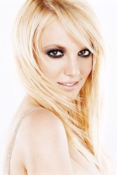Britney Spear dramatic eyes makeup look. The smokey pop up eyes with nude lips color, and shimmering glow.