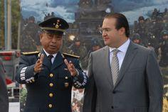 El Gobernador convivió con los soldados y entregó obsequios a nombre del pueblo veracruzano acompañado por autoridades militares durante la guardia de honor con motivo del 99 Aniversario del Día del Ejército Mexicano