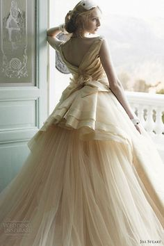 Gorgeous wedding dress.  Would make a girl feel like Cinderella
