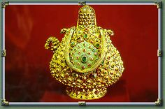 oggetti oro massiccio Caraffa in oro massiccio ricoperta di smeraldi e rubini. Istanbul palazzo Topkapi Cerca con Google
