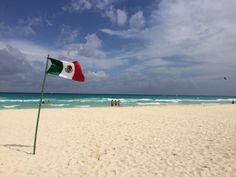 De topattractie van Playa del Carmen wordt natuurlijk gevormd door een eindeloos lange strook met hagelwitte zandstranden, wuivende palmen en een azuurblauwe zee. Met recht kan men spreken over sferen die sterk doen denken aan dat van het ideale tropische paradijs. De hotels stellen alles in het werk om deze ultieme beleving te creëren. Buiten het stadsstrand zijn de stranden van Playa del Carmen dun bevolkt en brandschoon. Playa Del Carmen