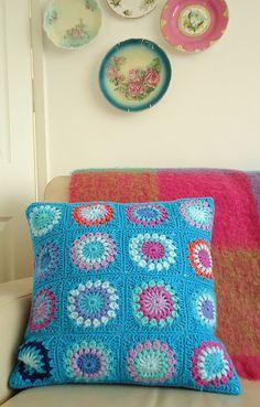 Love the colours in this #crochet #grannysquare #pillow