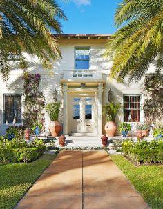 Front entrance of Palm Beach house Palm Beach Decor, Beach House Decor, Traditional Home Magazine, Tropical Beach Houses, West Palm Beach Florida, Palm Beach Gardens, Outdoor Rooms, My Dream Home, Dream Homes