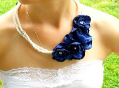 Wish I knew my newest SIL enough to know whether she'd like this for the wedding :/ Cloth Flowers, Fabric Flowers, Organza Flowers, Fabric Flower Necklace, Fabric Jewelry, Handmade Accessories, Handmade Jewelry, Ornaments Design, Diy Necklace