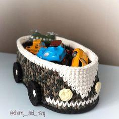 Bumper car crochet basket - ideal for kids Crochet Baby Toys, Crochet Home, Crochet Gifts, Crochet Motifs, Crochet Stitches, Crochet Patterns, Crochet Basket Pattern, Knit Basket, Crochet Storage