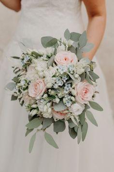 Simple Wedding Bouquets, Wedding Flower Guide, Bride Bouquets, Bridesmaid Bouquet, Floral Wedding, Blush Wedding Flowers, Wildflowers Wedding, Vintage Wedding Flowers, Bridesmaids