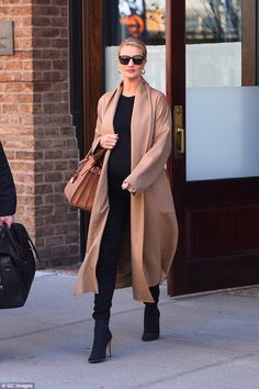 comfortable and stylish maternity clothes in a street style look - Things to Wear - . - comfortable and stylish maternity clothes in a street style look – things to wear – - Stylish Maternity, Maternity Fashion, Celebrity Maternity, Maternity Outfits, Pregnancy Outfits, Maternity Photos, Beige Cardigan, Casual Winter Outfits, Black Outfits