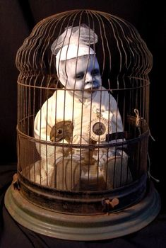 This kind of creeps me out but I have a birdcage I want to use in my spooky decor.Take a thrift store doll, paint it ghastly white and creepy and put inside a bird cage or perhaps a dog crate if you have one for Halloween. Halloween Prop, Palette Halloween, Halloween Carnival, Theme Halloween, Diy Halloween Decorations, Holidays Halloween, Vintage Halloween, Halloween Crafts, Halloween Inspo
