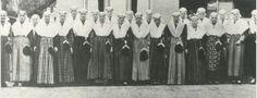 Aantal dames in Drentse klederdracht tijdens het 25-jarig jubileum van de zuivelfabriek te Beilen. 1932-1933 Drents Archief #Drente