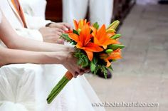 Ramo en color naranja ideal para tu boda en playa por Bodas Huatulco