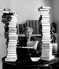 Agatha Christie, entre libros.