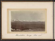 D.T. Dalton | Gezicht op een vlakte en de besneeuwde bergketen van Chumlahari, D.T. Dalton, 1906 | Onderdeel van Fotoalbum met 24 foto's van de reis van legertelegrafist D.T. Dalton door Tibet.