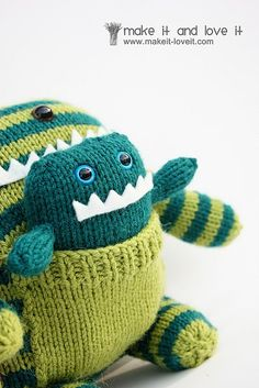 Knitted monster with baby! Knitted Stuffed Animals, Knitted Animals, Felt Dolls, Doll Toys, Adopt A Monster, Knit Crochet, Crochet Hats, Crotchet, Worry Monster