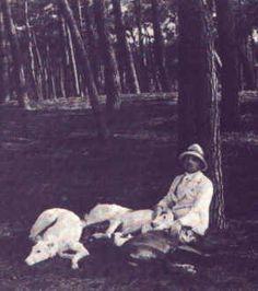 Gabriele d'Annunzio al Vittoriale con i suoi levrieri