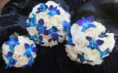 bouquets de mariée avec orchidées bleues et roses blanches Décor floral décoration de mariage