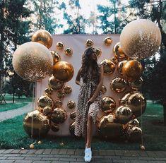 Spray Paint Mylar Balloons of Different Size on Metallic Colors # Metallic Colors - Larry Bird - Trend Dekoration - DIY Event Apple Decorations, Diy Birthday Decorations, Wedding Decorations, Sweet 16 Party Decorations, Masquerade Decorations, Sweet 16 Themes, House Party Decorations, Quince Decorations, Fiesta Decorations