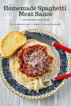 Crock Pot Spaghetti Meat Sauce recipe that is thick and packed full of chunks of ground beef and sweet Italian sausage. Best homemade pasta sauce ever. Meat Sauce Recipes, Meat Loaf Recipe Easy, Easy Pasta Recipes, Easy Chicken Recipes, Crockpot Recipes, Cooker Recipes, Homemade Spaghetti Meat Sauce, Homemade Pasta, Ravioli