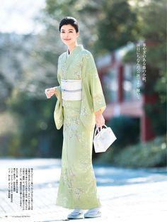 小紋 美しいキモノ2018春 Yukata Kimono, Kimono Japan, Kimono Outfit, Japanese Kimono, Kimono Fashion, Japanese Fashion, Japan Summer, Kimono Design, Japanese Costume