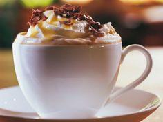 Kaffee mit Eierlikör und Schlagsahne |http://eatsmarter.de/ostern/verpoorten-kaffee-cocktails
