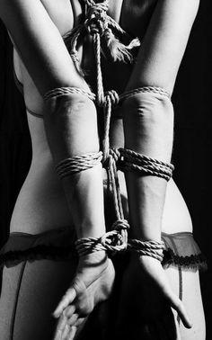 Sance de bondage extrme avec cordes et pinces gogo