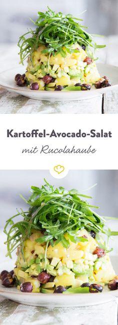 Kartoffelsalat mal anders: Statt mit Mayo dieses Mal Schicht für Schicht mit Avocados, würziger Vinaigrette, Rucolahaube und gerösteten Haselnüssen.