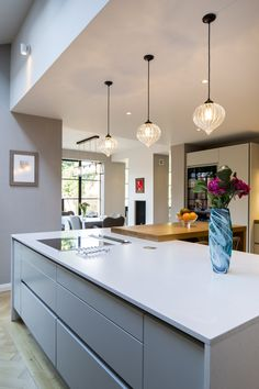 This kitchen island has a Silestone Quartz worktop in Blanco Norte in a Suede finish from Planet Furniture's Handmade in Hitchin range. Kitchen Backsplash Images, Contemporary Kitchen Backsplash, Contemporary Kitchen Tables, Contemporary Decor, Handleless Kitchen, Kitchen Worktop, Kitchen Island, Kitchen Furniture, Kitchen Interior