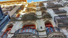Esplendor, al caer de la tarde, en edificio de impronta art nouveau, junto al Hotel Castelar, en avenida de Mayo al 1100.