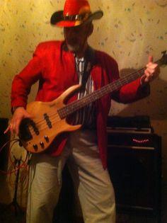 Das Bild zeigt mich mit E-Bass.No Bass,No Fun