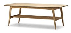 Smakfullt soffbord i 50-talsdesign. Högt och bekvämt att fika vid och med praktisk hylla för förvaring. Finns i flera färger.