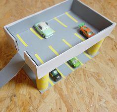 Vos loulous sont fans de voitures et de Cars ? Voilà une idée simple et facile pour fabriquer leur propre parking ! Retrouvez nos ateliers DIY sur la page..