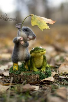 Needle felted mouse and frog - this is precious. Artist: Natalya Kuznetsova (art-wool) from Moscow.