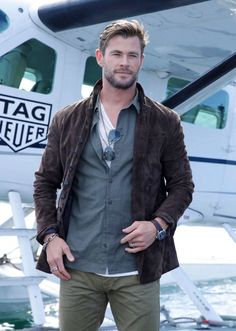 Are you expecting cool weather? T-shirt, gray shirt and brown jacket on top will be fine. Rain or wind is not a reason NOT to look stylish, agree? Snowwhite And The Huntsman, Hemsworth Brothers, Chris Hemsworth Thor, Z Cam, Australian Actors, Marvel Actors, Hot Actors, Men Looks, Haircuts For Men