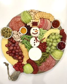 Christmas Party Food Appetizers Snowman Snack Board by The BakerMama Christmas Party Food, Christmas Brunch, Xmas Food, Christmas Appetizers, Christmas Cooking, Christmas Desserts, Christmas Eve, Christmas Lunch Ideas, Thanksgiving Snacks