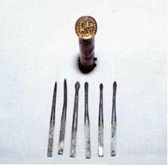 Descrizione : Astuccio in ferro. Sigillo in ottone con inciso Sant Antonio. Contiene piccoli attrezzi per uso personale (incisioni, pulizia orecchie, unghie, ferite ecc.).  epoca 1681 provenienza italiana