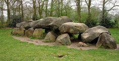 Op deze afbeelding kun je hunne bedden zien. Dit wijst erop dat er vroeger in Nederland mensen hebben gewoond. De Hunne bedden op het plaatje staan in Drenthe in Nederland. Hunne bedden werden gemaakt voor doden mensen, onder de Hunne bedden werden de mensen begraven met proviand, wapens en gereedschap.