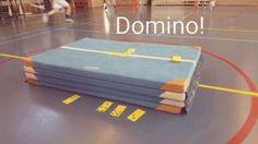 Domino in de gymles! Dit spel hoeft niet alleen thuis aan tafel gespeeld te worden, het kan ook in de gymles of daarbuiten.