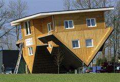 """A cidade alemã de Bispingen, no norte da Alemanha, inaugurou no fim de semana sua mais nova atração, uma casa construída de cabeça para baixo. A atração tenta alavancar o turismo na cidade. Todo o mobiliário da """"casa maluca"""" também está de cabeça para baixo."""