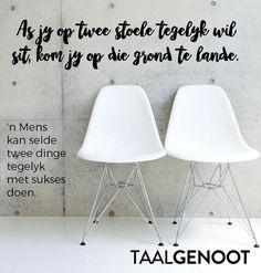 Afrikaanse Idiome & Uitdrukkings...op twee stoele gelyk sit... #Taalgenoot Afrikaans, Idioms, South Africa, Language, English, Teaching, School, Life, Do Your Thing