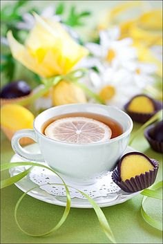 tea and chocolate sweets So vibrantly crisp, refreshing, & pretty! Lemon filled chocolates with tangy lemon tea.So vibrantly crisp, refreshing, & pretty! Lemon filled chocolates with tangy lemon tea. Coffee Time, Tea Time, Pause Café, Chocolate Sweets, Cuppa Tea, My Cup Of Tea, Mini Desserts, Lemon Lime, C'est Bon