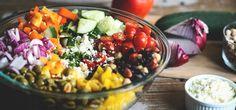 Vergiss Tütensalat, langweilige Dressings und immer gleiche Zutaten – mit unseren Tipps wird Salat zu einem vielseitigen und gesunden Lieblingsessen.