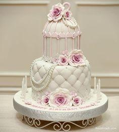 کیک چند طبقه جشن تولد دخترانه با طرح قفس تزیین شده با گل و مروارید