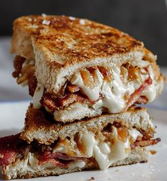 Crispy bacon & brie grilled cheese sandwich with caramelised onions . a Cadillac of grilled cheese sandwiches! Grilled Sandwich, Soup And Sandwich, Deli Sandwiches, Grilled Cheese Sandwiches, Grilled Cheese Bar, Baguette Sandwich, Ultimate Grilled Cheese, Sandwich Board, I Love Food