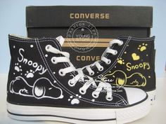 By far my favorite cartoon character ever ! Hand Painted Shoes, Painted Clothes, Snoopy Shoes, Converse Design, All Star, Vanz, Charlie Brown And Snoopy, Shoe Art, Hot Shoes