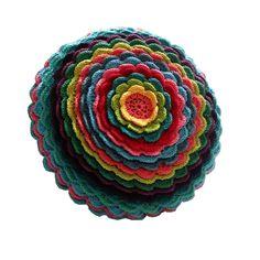 Almofada de crochê com pétalas multicoloridas! R$108,00