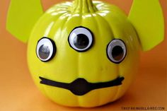 This Toy Story Alien Pumpkin is a fun Halloween no carve pumpkin craft. It will be a hit with the kids and Andy's toys. Funny Kid Halloween Costumes, Easy Homemade Halloween Costumes, Halloween Fun, Holiday Crafts For Kids, New Crafts, Holiday Fun, Pumpkin Carving Knife, Toy Story Alien, Pumpkin Crafts