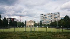 Samstag, 05.09., 14.00 Uhr – Kreuzberg, Tempodrom: Ein Fußballfeld vor dem Neuen Anhalter Tor vor einem Plattenbau. Berliner Schönheiten. © Charlott Tornow
