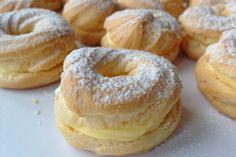 Spritzkuchen sind ein Klassiker, ihr stimmt mir sicher zu. Zwar haben sie heutzutage eine Konkurrenz der modernen Desserts, aber trotzdem findet man sie in jeder Bäckerei. Dies ist eine Variante, die mit einer Eigelbcreme gefüllt ist, so wie sie in Tschechien zu finden sind. Also falls ihr gerade Appetit auf leckere Spritzkuchen habt, bereitet sie nach diesem Rezept zu. Auch wenn es auf den ersten Blick nicht so aussieht, ist es eigentlich gar nicht so kompliziert :)