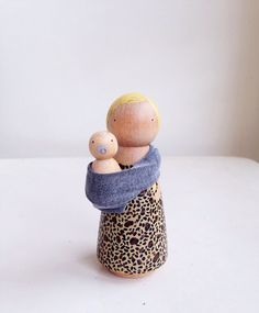 Mother and baby peg doll set by madebylayla on Etsy Ben je op zoek naar houten poppetjes? Wood Peg Dolls, Clothespin Dolls, Waldorf Crafts, Waldorf Toys, Doll Crafts, Diy Doll, Doll Tutorial, Wooden Pegs, Kokeshi Dolls